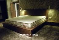 Спалня от естествен фурнир орех и тапицирана табла